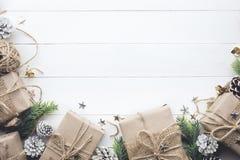 Colección de las cajas de regalo envuelta en el papel de Kraft con el pino de la frontera en el fondo de madera blanco Imagenes de archivo