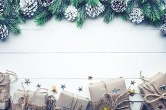Colección de las cajas de regalo envuelta en el papel de Kraft con el pino de la frontera en la madera blanca Fotografía de archivo libre de regalías
