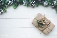 Colección de las cajas de regalo envuelta en el papel de Kraft con el pino de la frontera en la madera blanca Imagen de archivo
