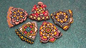 Colección de las galletas coloridas hechas en casa únicas de los Años Nuevos y de la Navidad, pan de jengibre artístico en la for Fotos de archivo