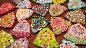 Colección de las galletas coloridas hechas en casa únicas de los Años Nuevos y de la Navidad, pan de jengibre artístico en la for Fotografía de archivo
