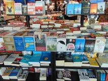 Colección de libros en estantes foto de archivo libre de regalías
