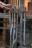 Colección de los alicates de las tenazas de un forjador negro foto de archivo