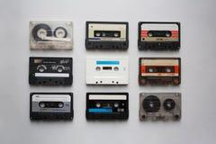 Colección de los casetes audios en el fondo blanco desde arriba imagenes de archivo