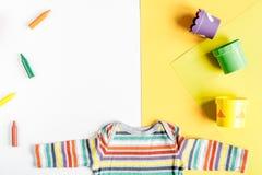 Colección de los juguetes y de la ropa para la maqueta de la opinión superior de la habitación del niño Foto de archivo libre de regalías