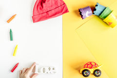 Colección de los juguetes y de la ropa para la maqueta de la opinión superior de la habitación del niño Imagenes de archivo
