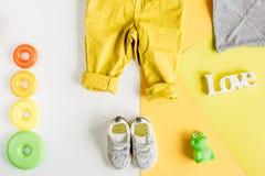 Colección de los juguetes y de la ropa para la opinión superior de la habitación del niño Imagen de archivo