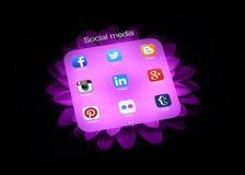 Colección de medios logotipos sociales populares en la pantalla del iPad Foto de archivo libre de regalías