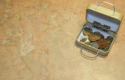 Colección de monedas japonesa y ucraniana numismática en caja de la pequeña maleta fotografía de archivo libre de regalías