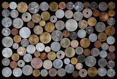 Colección de monedas rumana en fondo negro imagen de archivo