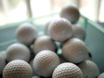 Colección de pelotas de golf apiladas en caja foto de archivo libre de regalías