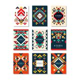 Colección de plantillas de la tarjeta con los modelos étnicos Diseño abstracto con formas geométricas Elementos planos coloridos  Fotos de archivo