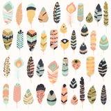 Colección de plumas coloridas dibujadas mano étnica tribal del vintage del boho libre illustration