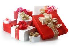 Colección de regalos rojos y blancos ornamentales Imagen de archivo libre de regalías