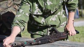 Colección de rifle de asalto del Kalashnikov, reuniones militares metrajes