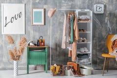 Colección de ropa que cuelga en el estante Imágenes de archivo libres de regalías