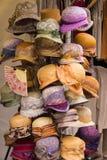 Colección de sombreros coloridos en parada en el bazar Fotos de archivo libres de regalías