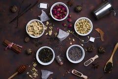 Colección de té y de añadidos naturales en cuencos Imagenes de archivo