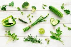Colección de verduras verdes de la granja en el fondo blanco Fotografía de archivo
