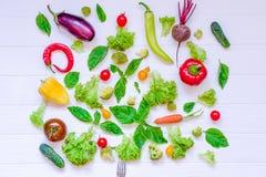 Colección de verduras y de greeens orgánicos frescos en la tabla de madera blanca Visión superior Comidas sanas, el cocinar y con Foto de archivo libre de regalías