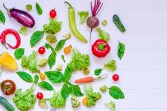 Colección de verduras y de greeens orgánicos frescos en la tabla de madera blanca Visión superior Comidas sanas, el cocinar y con Foto de archivo
