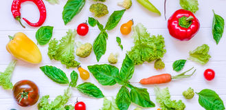 Colección de verduras y de greeens orgánicos frescos en la tabla de madera blanca Visión superior Comidas sanas, el cocinar y con Fotos de archivo