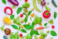 Colección de verduras y de greeens orgánicos frescos en la tabla de madera blanca Visión superior Comidas sanas, el cocinar y con Imagen de archivo libre de regalías