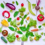 Colección de verduras y de greeens orgánicos frescos en la tabla de madera blanca Visión superior Comidas sanas, el cocinar y con Fotografía de archivo