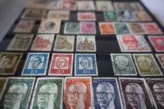 Colección de viejos sellos del alemán en álbum Imagenes de archivo