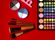 Colección del maquillaje Sombra de ojos, cepillos del maquillaje en rojo Fotografía de archivo