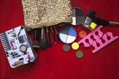 Colección del maquillaje Sombra de ojos, cepillos del maquillaje en rojo Imagen de archivo libre de regalías
