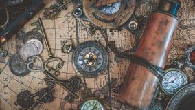 Colección del pirata en mapa del mundo antiguo fotos de archivo