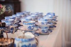 Colección del vintage de juego de té azul de la porcelana con la tetera y las tazas de té Imagen de archivo