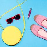Colección elegante colorida de los accesorios del verano de la mujer en fondo azul Imagenes de archivo