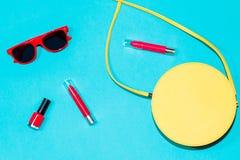 Colección elegante colorida de los accesorios del verano de la mujer en fondo azul Fotografía de archivo