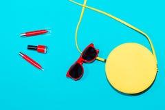 Colección elegante colorida de los accesorios del verano de la mujer en fondo azul Imagen de archivo libre de regalías