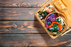 Colección en un fondo de madera, espacio de los accesorios de la costura de la copia Fotografía de archivo libre de regalías