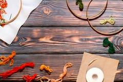 Colección en un fondo de madera, espacio de los accesorios de la costura de la copia Imágenes de archivo libres de regalías