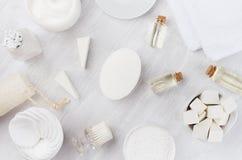 Colección fresca de los cosméticos del balneario del cuidado del cuerpo y de piel y accesorios naturales del baño en el fondo de  Imagenes de archivo