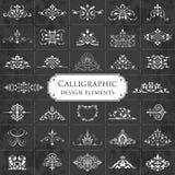 Colección grande de elementos caligráficos adornados del diseño en un fondo de la pizarra - sistema del vector Fotografía de archivo libre de regalías