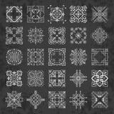 Colección grande de ornamentos caligráficos decorativos en estilo del vintage en un fondo de la pizarra Fotos de archivo