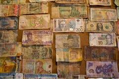 Colección internacional de los billetes de banco en el tablero foto de archivo libre de regalías