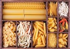 Colección italiana de las pastas en caja de madera Foto de archivo libre de regalías