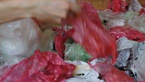 Colección separada de las bolsas de plástico en hogar, recurriendo para reciclar metrajes