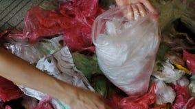 Colección separada de las bolsas de plástico en hogar, recurriendo para reciclar el primer metrajes