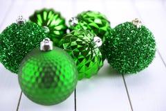 Colección verde de bolas de la Navidad útiles como modelo del fondo Fotos de archivo libres de regalías