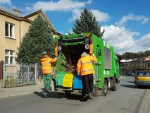 Colección y transporte de la basura nacional por s municipal fotos de archivo