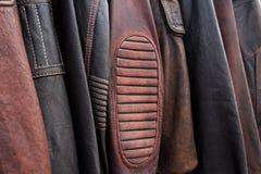 Colección de chaquetas de cuero en suspensiones en la tienda Imagen de archivo libre de regalías