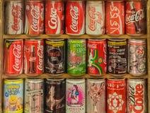 Colección de latas de la Coca-Cola en muchos edición internacional Foto de archivo libre de regalías