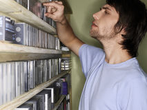 Colección de música de la ojeada del hombre en tienda Imagenes de archivo